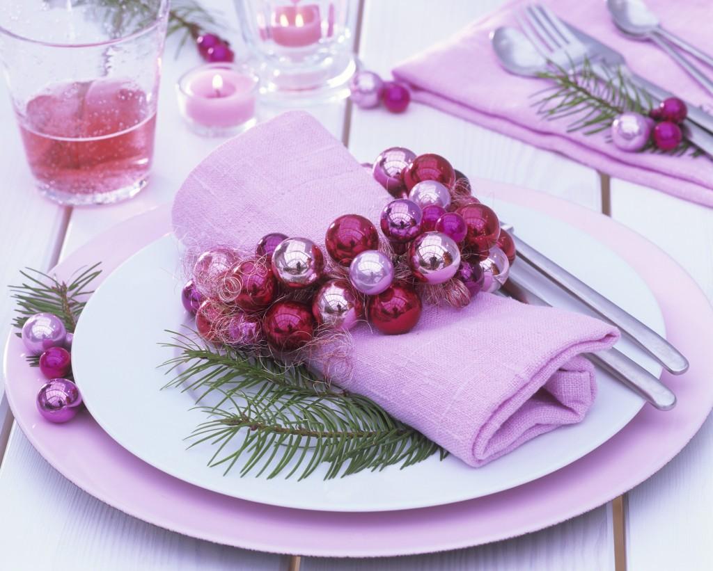 Gedeck mit Serviettenring aus rosa Weihnachtskugeln