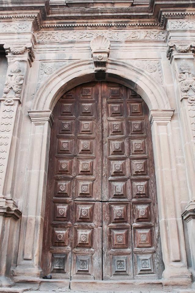 piazzaarmenrina_portone_chiesa_travel_raffaellacatania