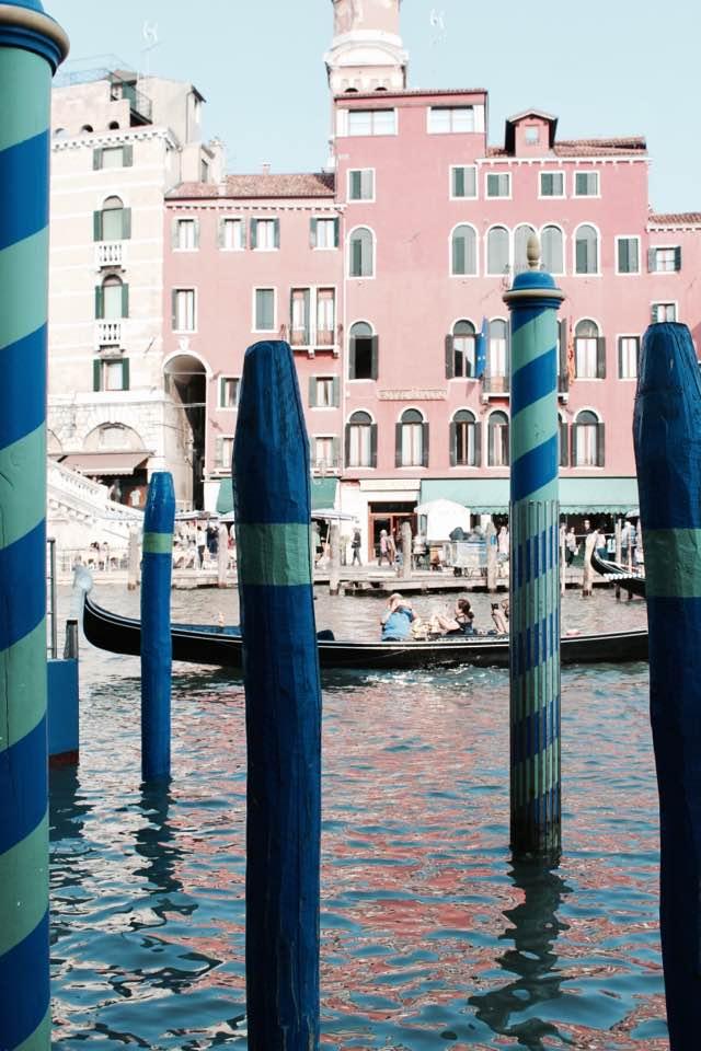 venezia_pali_colorati_canale