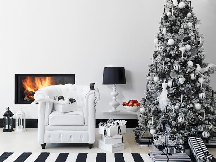 Geschmückter Weihnachtsbaum im schwarz-weissen Ambiente