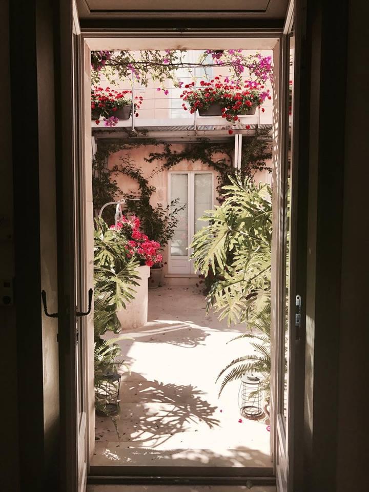 lamoresca_hotel_ragusa_patio_raffaellacatania